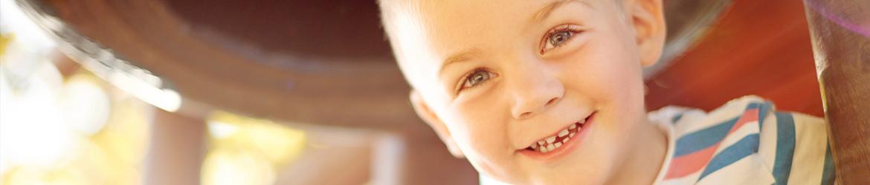 Abbildung: Lächelndes Kind auf Spielplatz